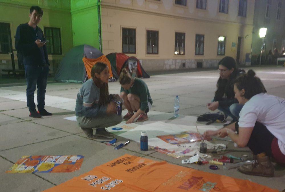 Mini-Zeltlager und Sprüche auf Stoff malen am Grazer Karmeliterplatz