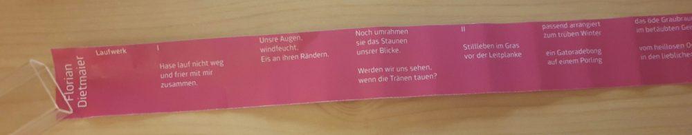 Schmaler Streifen papier mit Text - aus dem Automaten