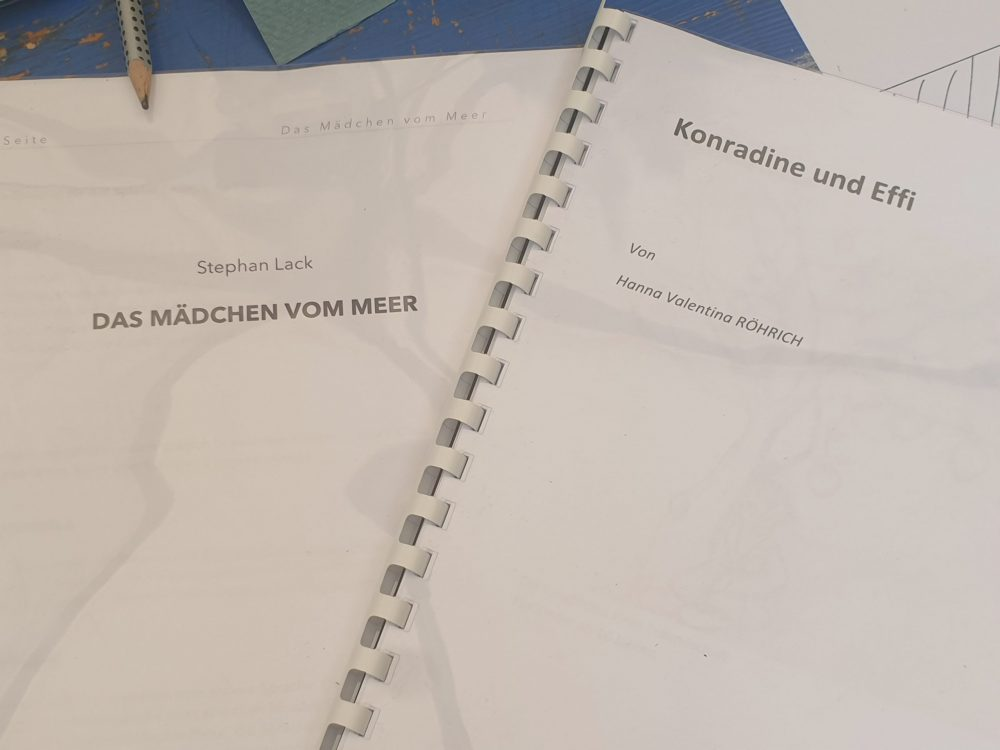 Hefte mit den ausgewählten Texten für den Dramawalk zu Erzählstühlen rund ums Grazer Theater am Ortweinplatz
