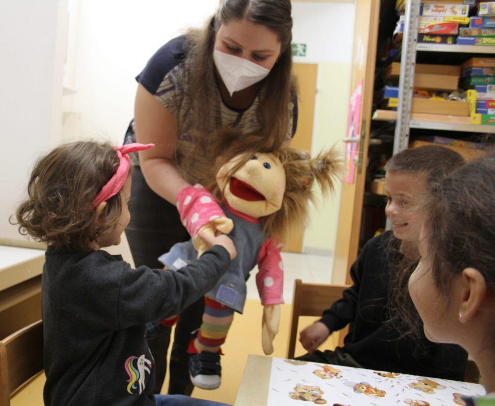 Kinder experimentieren und bauen einen Vulkan