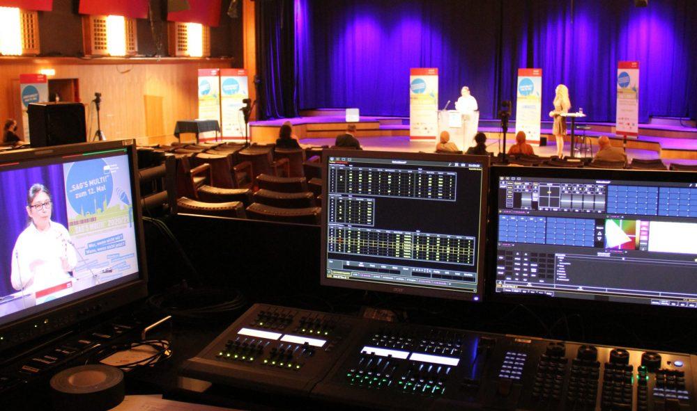 Regie-Pult mit Monitoren und Reglern im RadioKulturHaus Wien