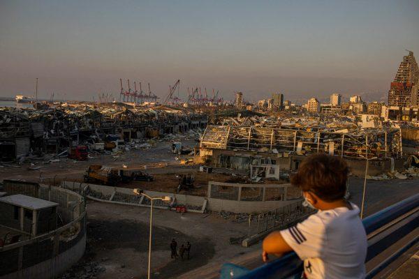 Ein junger Libanese schaut am Donnerstag, den 6. August 2020, über das Gebiet der Explosionen im Hafen
