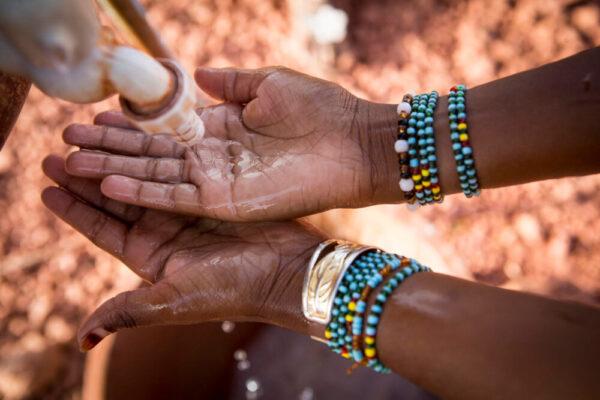 Hamsatou Bolly, 13, ein vertriebenes Mädchen aus Mopti, wäscht sich im Vertreibungslager Socoura die Hände.