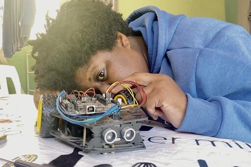 Nina arbeitet an ihrem Roboter - in Rio de Janeiro in Brasilien