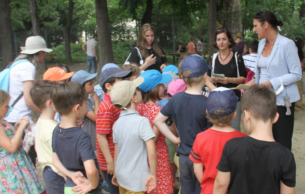 Kinder- und Jugendanwältin verteilt Urkunden an Kinder