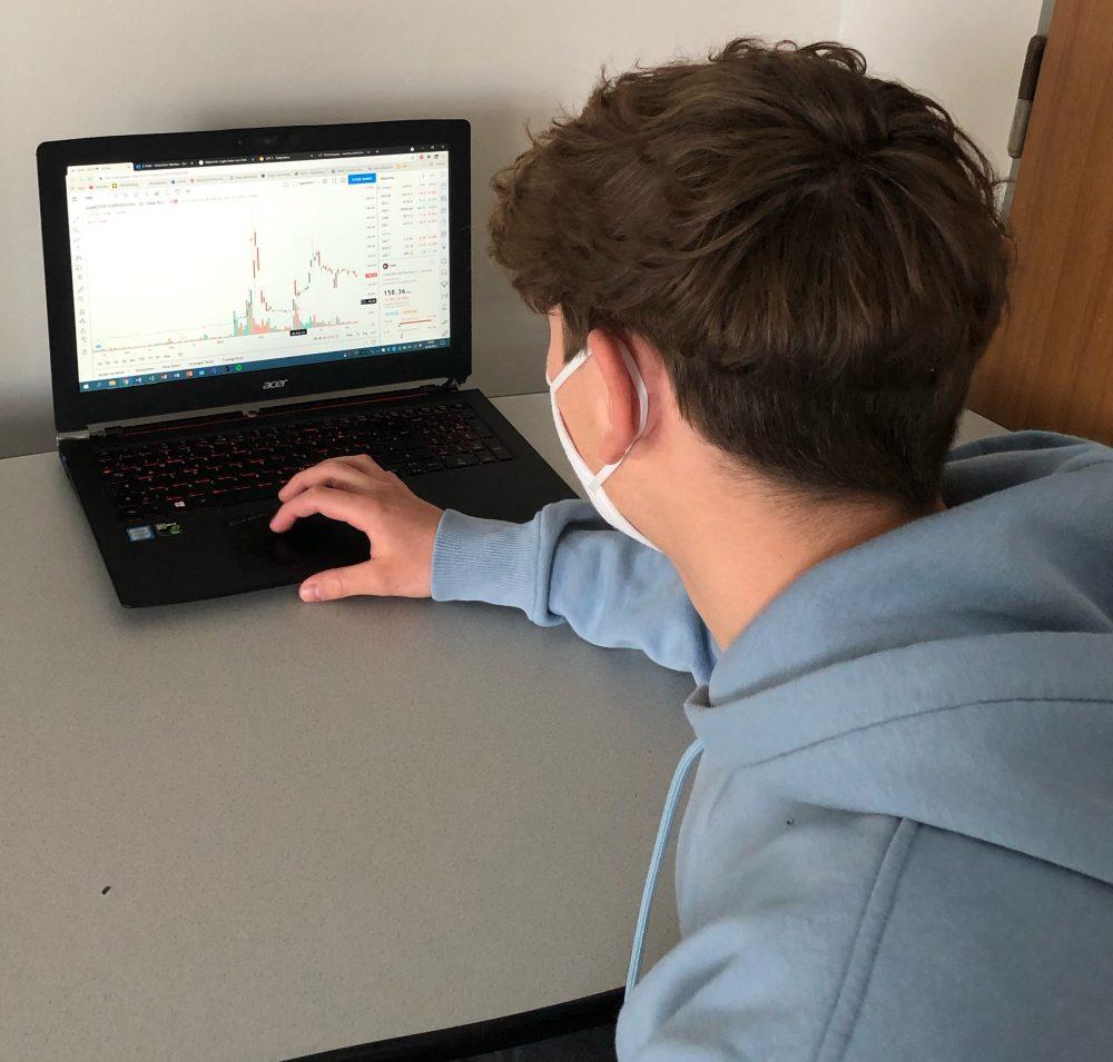 Ein Jugendlicher am Laptop