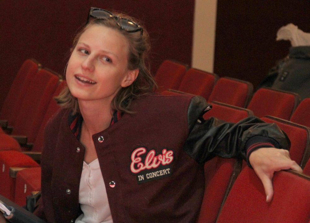 Schauspielerin Viktoria Hauser auf einem Publikumssitz