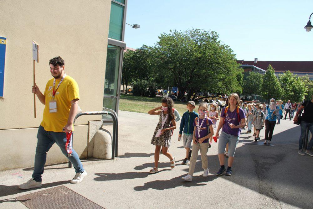 Kinderuni-Studierende auf dem Weg zur Lehrveranstaltung