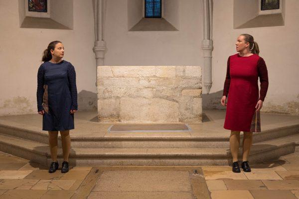 """Szenenfoto aus """"weiter leben - eine Jugend"""", zwie Frauen in der Ruprechtskirche"""