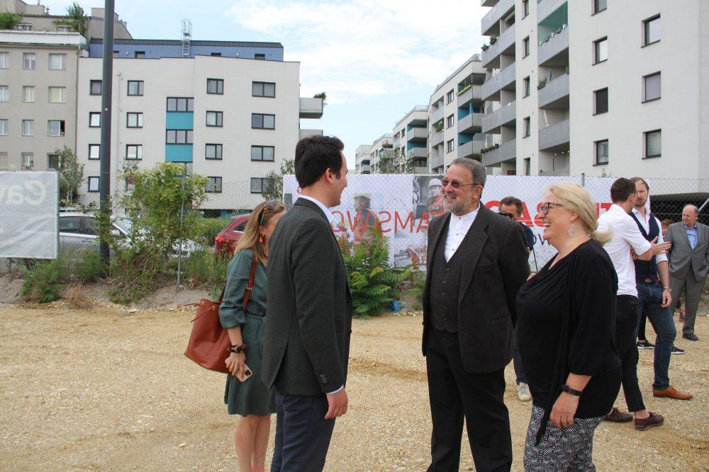 Zwei Männer im Gespräch: Stadtrat Christoph Wiederkehr und Bildungsaktivist Johannes-Maria Lex-Nalis