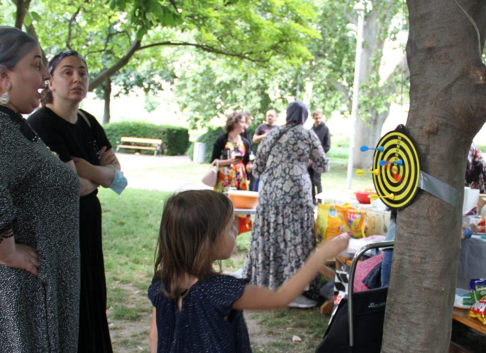 Kinder werfen auf eine Darts-Scheibe