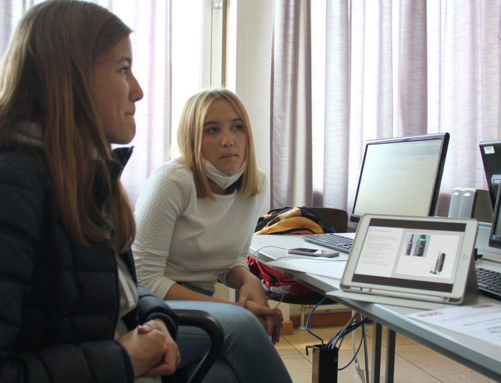 Jugendliche halten ihre vielen erworbenen Zertifikate in die Kamera