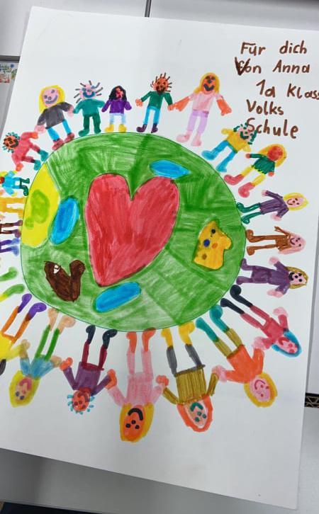 Kinderzeichnung: Kinder halten rund um die Welt zusammen und mitten drin ein großes, rotes, Herz