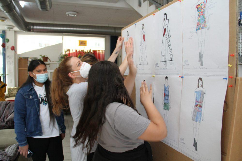 Mädchen mit Modezeichnungen